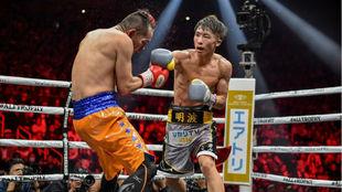 Inoue golpea a Donaire, que retrocede.