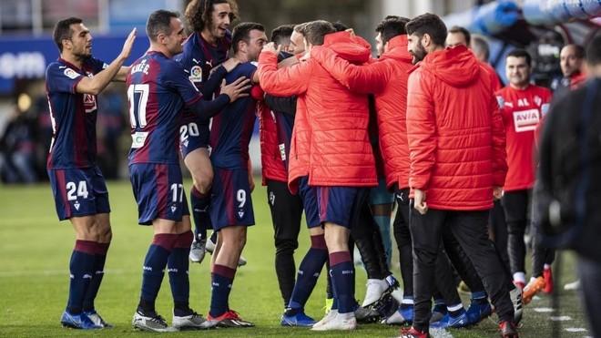 Los jugadores del Eibar celebrando uno de los goles de la pasada...