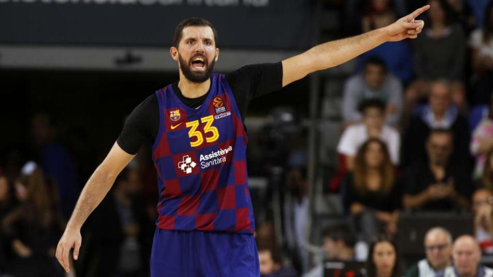 Nikola Mirotic da instrucciones durante un partido del Barcelona.