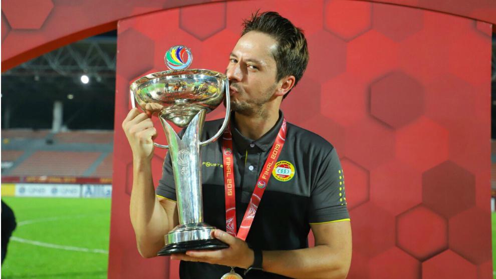 Daniel Giménez besa el trofeo de AFC Cup