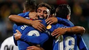 Los jugadores del Sevilla se abrazan para celebrar uno de los goles.