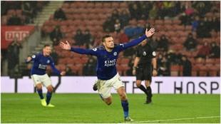 Jamie Vardy celebra su tercer gol contra el Southampton.