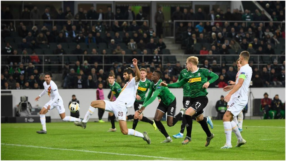 Fazio se impone a Zakaria para anotar el 1-1 del Borussia...
