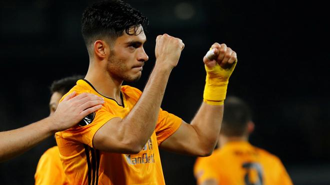 Raúl Jiménez celebra su gol.