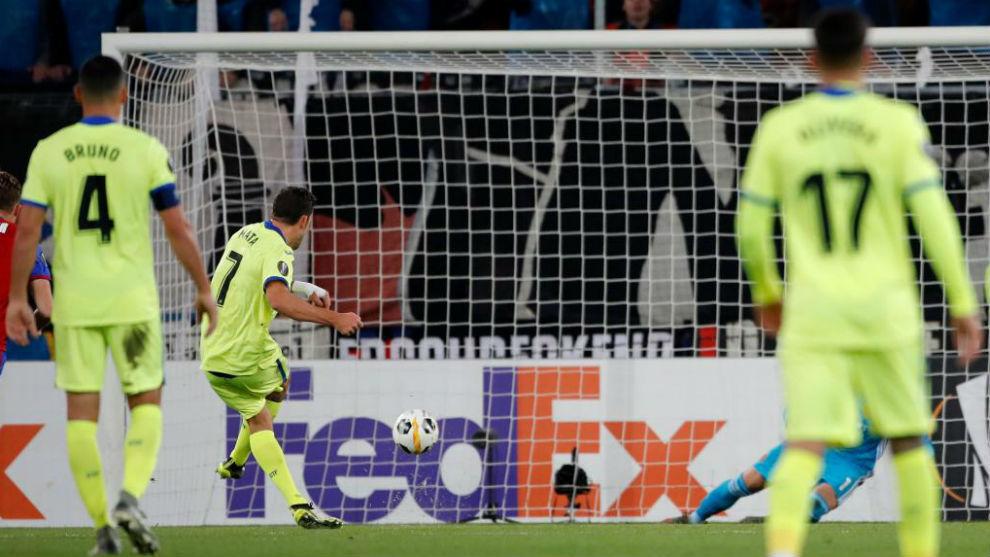 Mata marca al Basilea de Penalti.