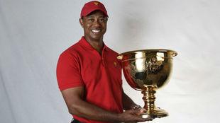 Tiger con la copa de ganador de la Presidents en la mano.