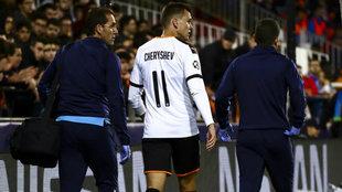 Cheryhev se retira del campo lesionado.
