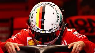 Sebastian Vettel se sube en su Ferrari.