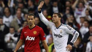 Ferdinand y Ronaldo, durante un partido en el que eran rivales.