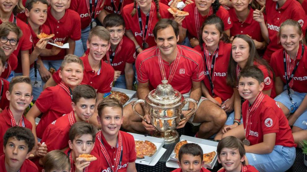 Federer come pizza con los recogepelotas de Basilea