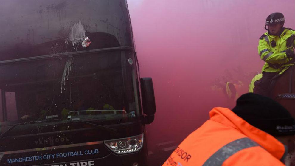 El autobús del City, tras ser atacado.