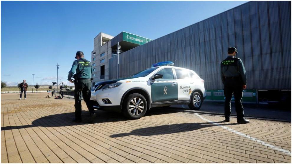 Agentes de la Guardia Civil han rodeado el estadio municipal El Nuevo...