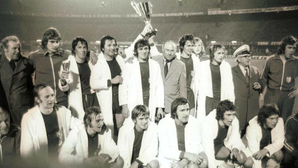 El Magdeburgo, con la Recopa que ganó en 1974 al Milan