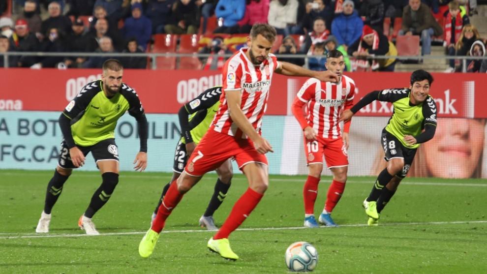 Stuani ejecutando el lanzamiento de penalti