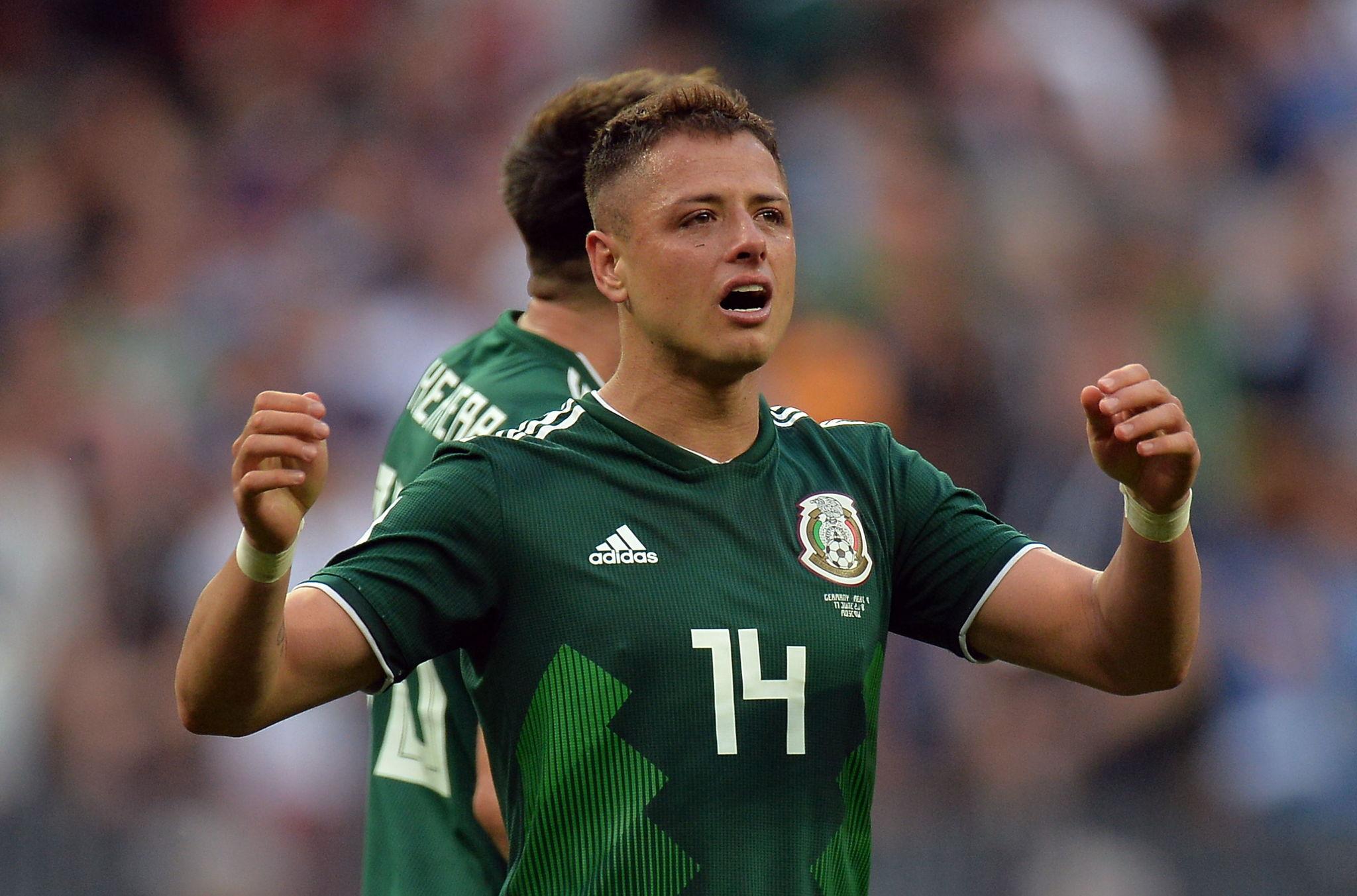 Chicharito, celebrando un gol con México