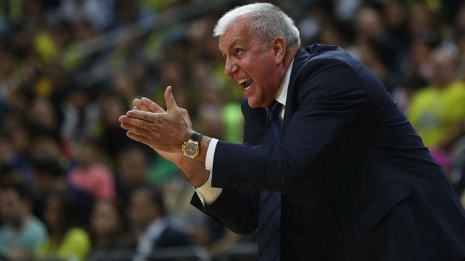 Zeljko Obradovic apaludiendo a sus jugadores durante un partido