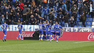 Los jugadores del Alavés celebran un gol ante la alegría de...