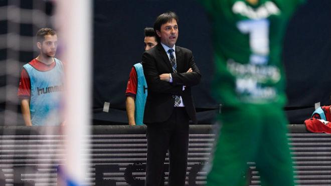Imanol Arregui observa el juego durante un partido.