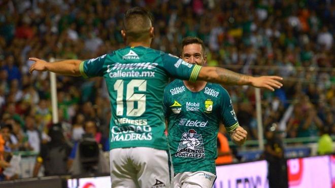 León celebrando un gol.
