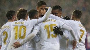 Los futbolistas del Real Madrid celebran el gol de Fede Valverde.