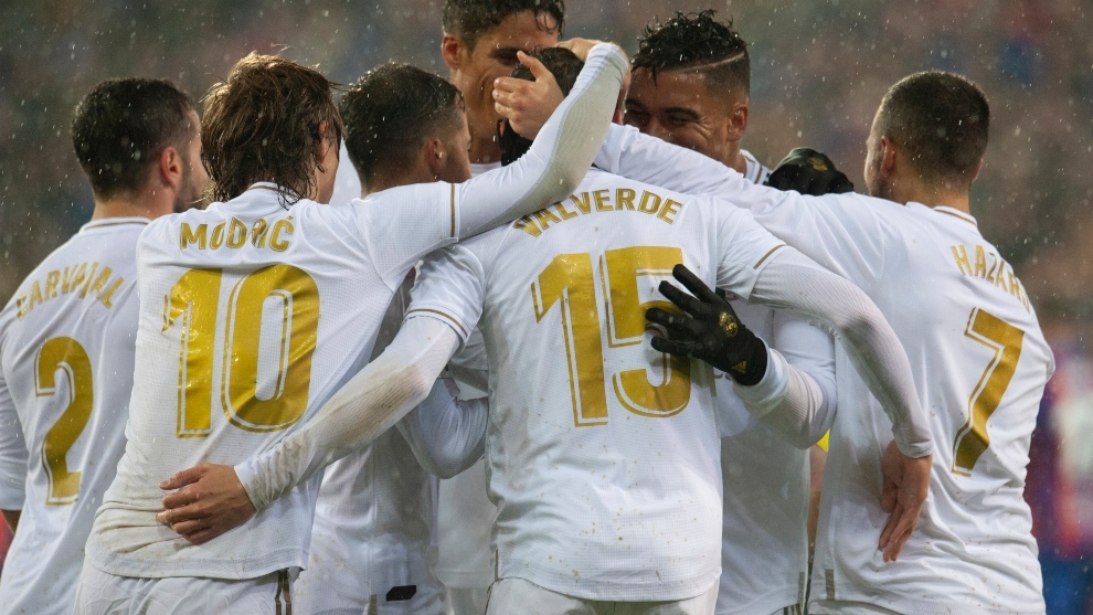 Los jugadores del Madrid celebran uno de sus cuatro goles en Eibar.