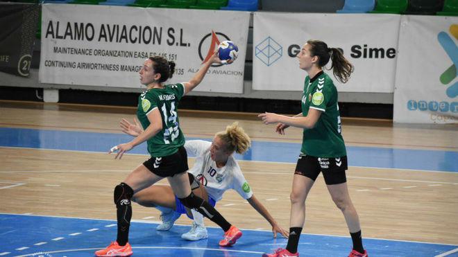 Un momento del partido entre el Salud Tenerife y el Elche /