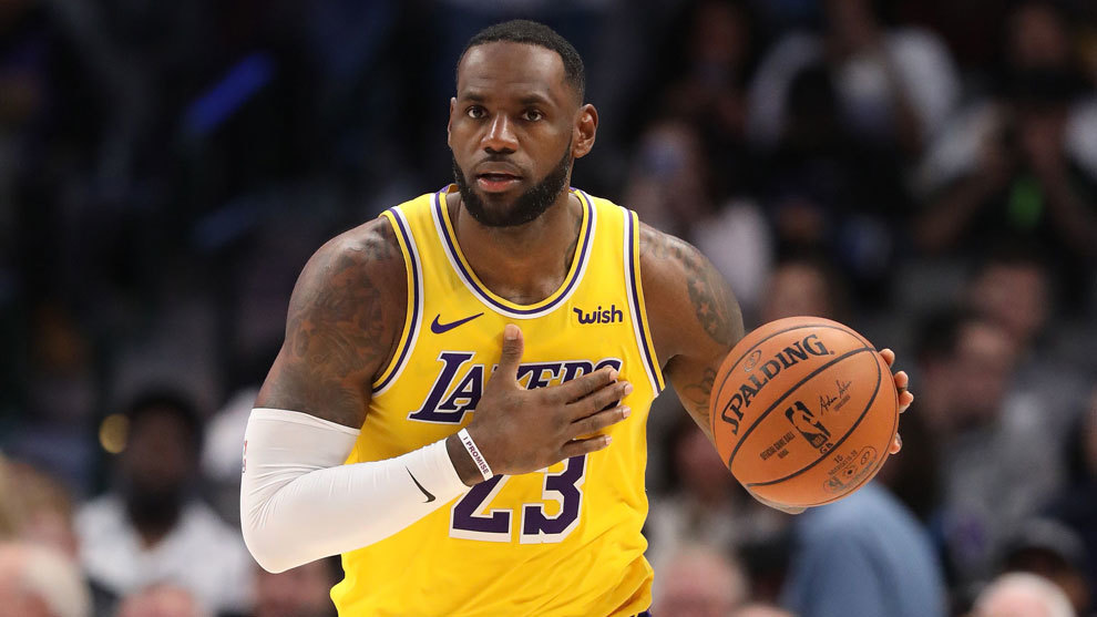 LeBron James en un partido con los Lakers esta temporada