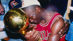 Michael Jordan con uno de los seis campeonatos de la NBA que ganó