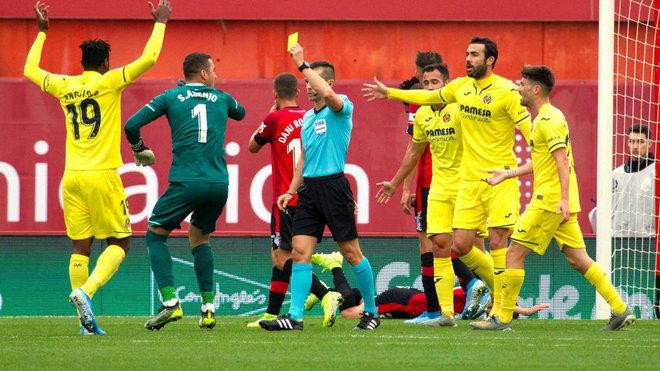 Los jugadores del Villarreal portestan el segundo penalti en contra.