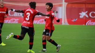Kubo celebra con sus compañeros el gol.