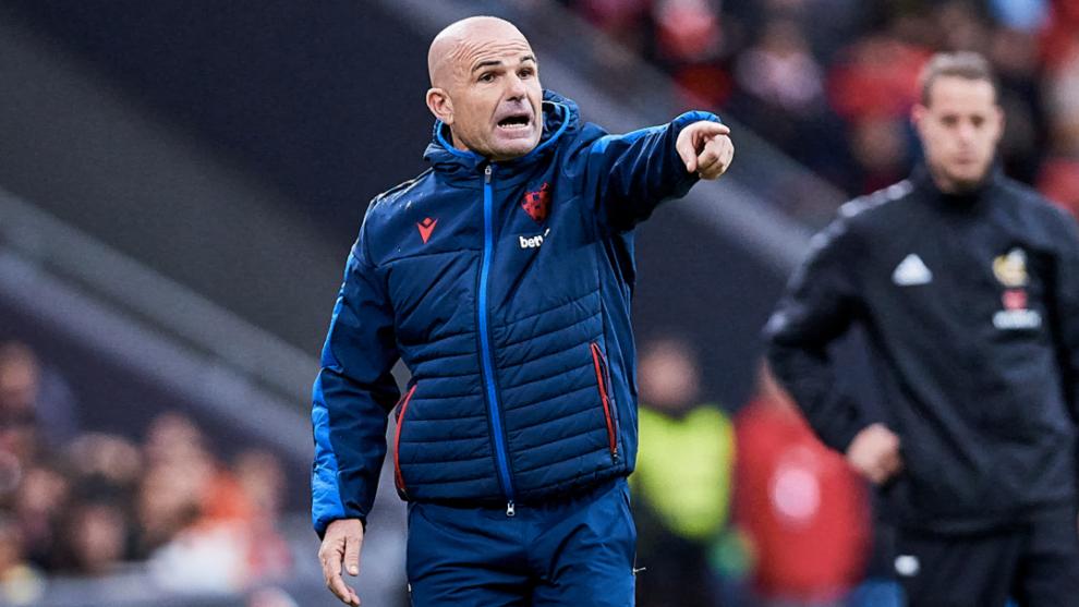 Paco López hace indicaciones durante el partido contra e Athletic.