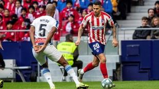 Naldo, ante Vitolo, durante el encuentro en el Wanda Metropolitano