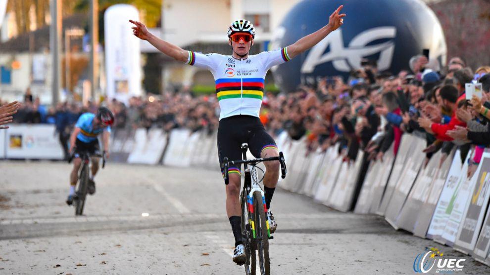 Van der Poel celebrando el triunfo en Silvelle.