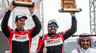 Fernando Alonso y Marc Coma, con el trofeo que les acredita como...