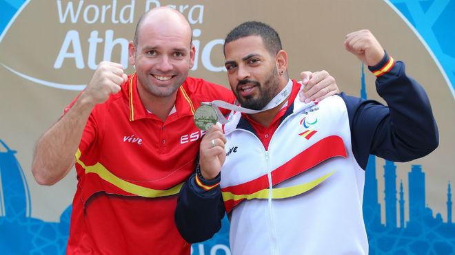 Kim López, junto a su entrenador, con la medalla mundial de plata.