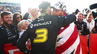 Ricciardo felicita al hexacampeón Hamilton.