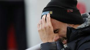 Guardiola, con cara de circunstancias, durante la derrota en Anfield