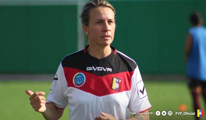 Pamela Conti dirigiendo una sesión de entrenamientos.