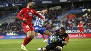 Biel Ribas ataja el balón ante su compañero José León y el...