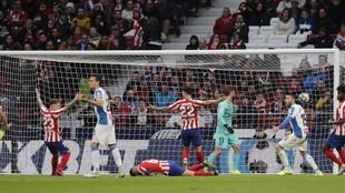 Lo plantilla del Espanyol recibiendo un gol del Atlético