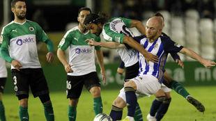 Isi y Mario Orti disputan un balón en El Sardinero