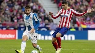 David López, presionado por Morata en el partido ante el Atlético.