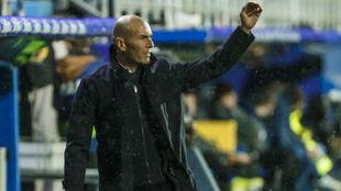 Zidane hace indicaciones a su equipo en Ipurúa