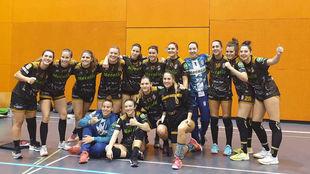 Las jugadoras del Atlético Guardés celebran el triunfo logrado en...