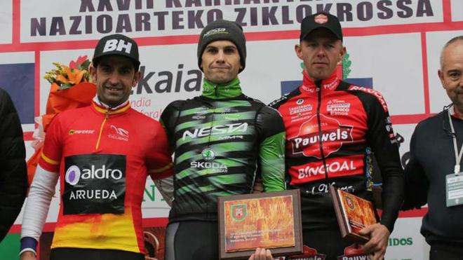 Ismael Esteban (izqda) y Kevin Suárez (centro) posan en el podio tras...