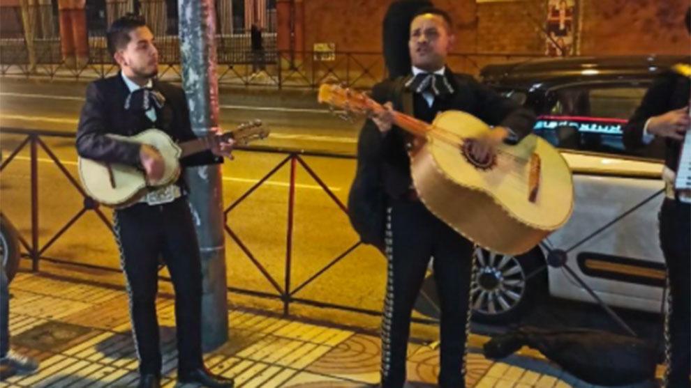 Los mariachis cantaron frente a la sede de Ciudadanos en Madrid
