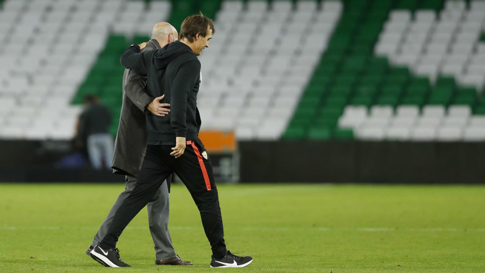 Monchi (50) y Lopetegui (53) caminan abrazados en el Benito...