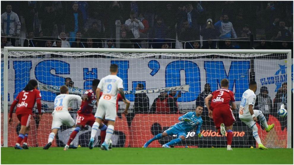 Payet marca de penalti contra el Lyon.