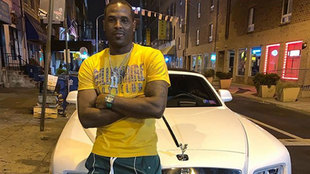Dion Waiters delante de uno de sus coches