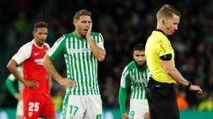 Joaquín, quejándose del codazo de Diego Carlos